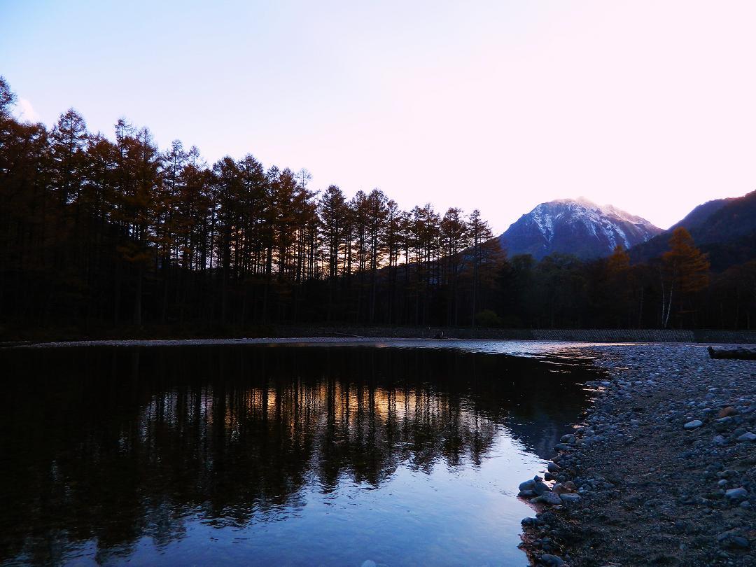 焼岳とカラマツ