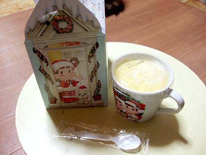 プリンのマグカップとそのクリスマス箱