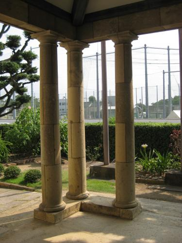 創建当初はこの石柱の間にも ...