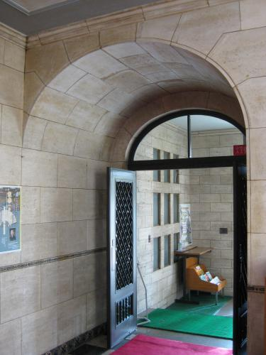 現在は木製の扉が嵌る玄関 ...