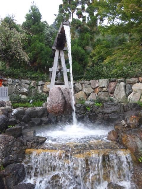 池に流れる水