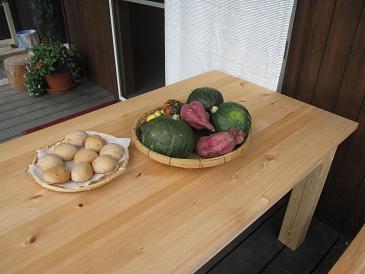 桧のテーブルと焼きたてパン