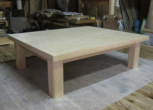 桐テーブル、斜めから撮影