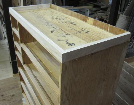 箪笥、漆塗り直し前の木地修理、底板の脚の修理完了