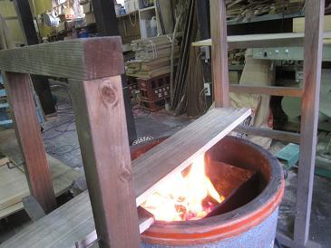 桐の板を中火でこんがり炙る