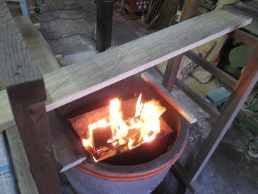 桐の板を遠火でじっくり炙る