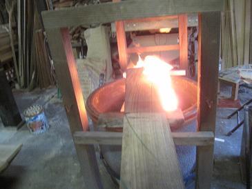 桐の板を急火で焦がす