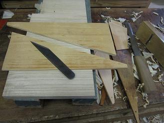 桧の割り板を二枚に割って、漆べらの木取りをします