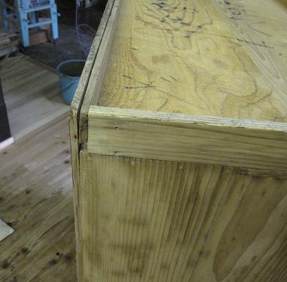 たんす、漆塗り直し前の木地修理、底板の修理箇所