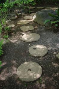 殿ヶ谷戸庭園の石臼