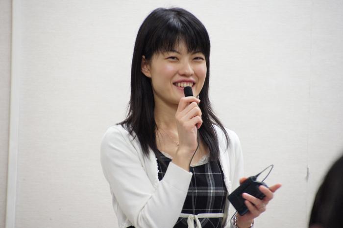 てきぱきと解説会を仕切る村田女流二段