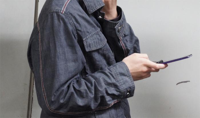 携帯で棋譜をチェック中(多分)