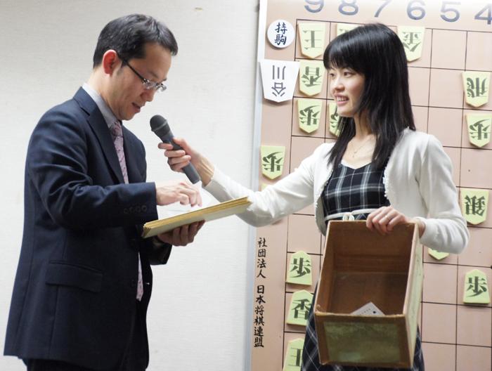 当選者を発表する慶太先生<br />