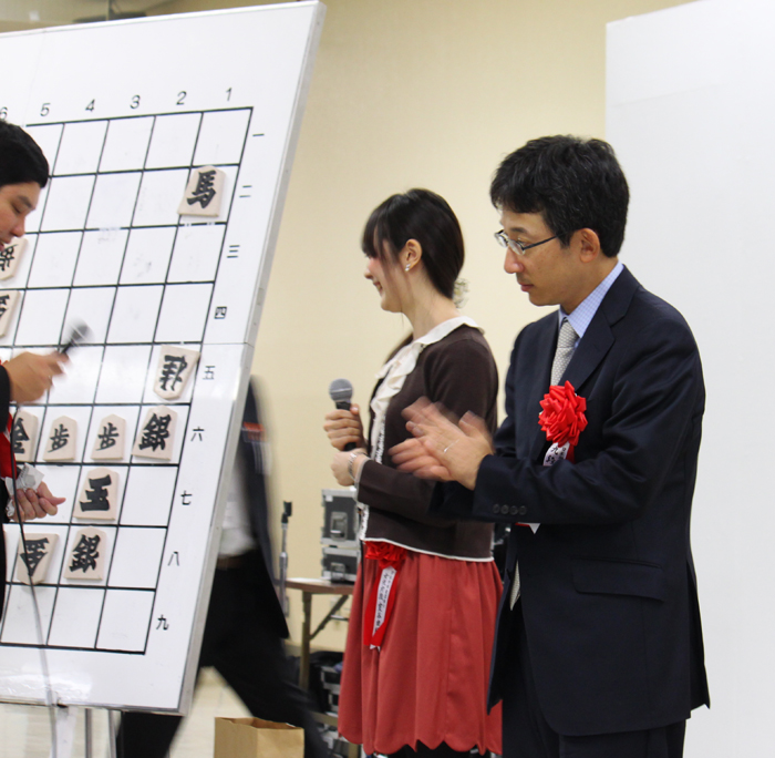 当選者に拍手を送る佐藤九段