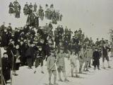 スキーが教えられて100年 和服姿で見学 日本軍隊生徒 アメリカ指導員