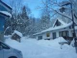 落倉の山の中 アルペン山荘 ただ1軒が雪の中に堂々と建つ