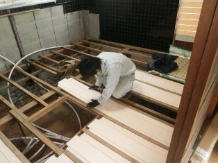 清掃後床下断熱材設置状況 (1)