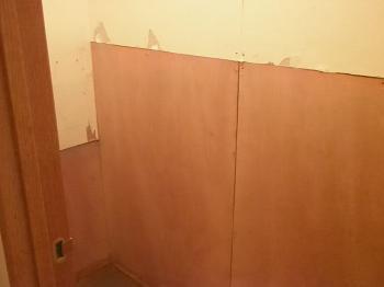 学習塾の男女トイレ下部分補強後クロス張替えです。