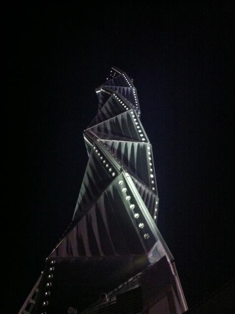 アートタワー見上げる