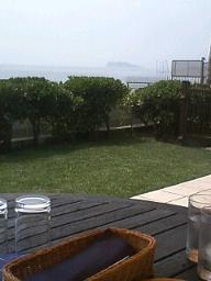 遠くに江ノ島が…