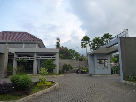 ホテルとスラメット山