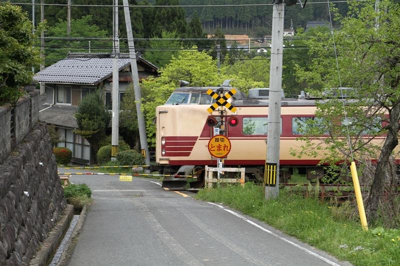 0153 2011 05 08 山陰本線 安栖里駅-立木駅間 宮の前踏切 きのさき3号