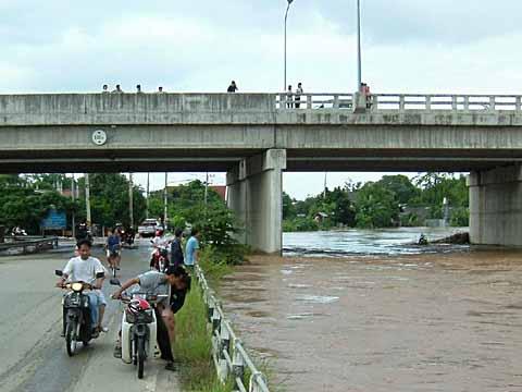 溢れそうな川に集まる野次馬さん