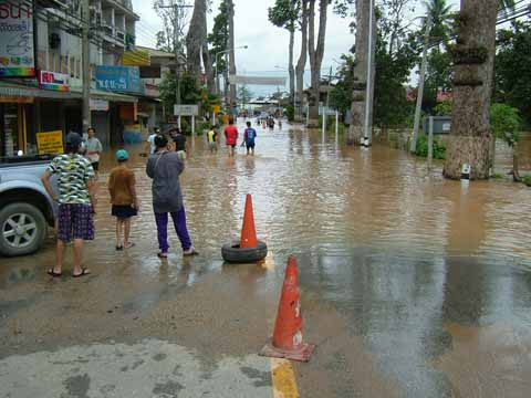 浸水した幹線道路
