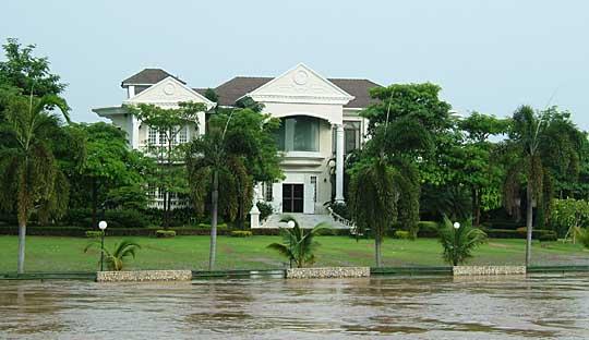 川沿いの豪邸