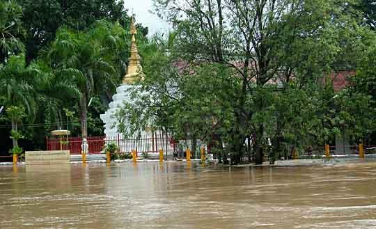 土嚢で辛うじて浸水を免れているお寺