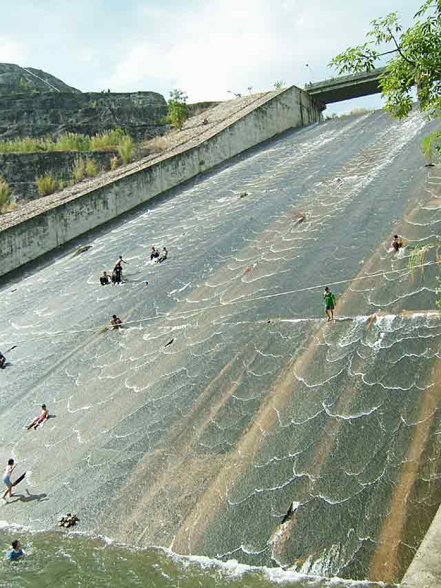 巨大な滝すべり
