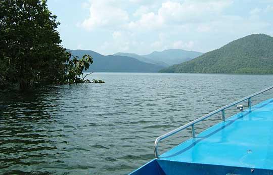 ダム湖、ボートの上で
