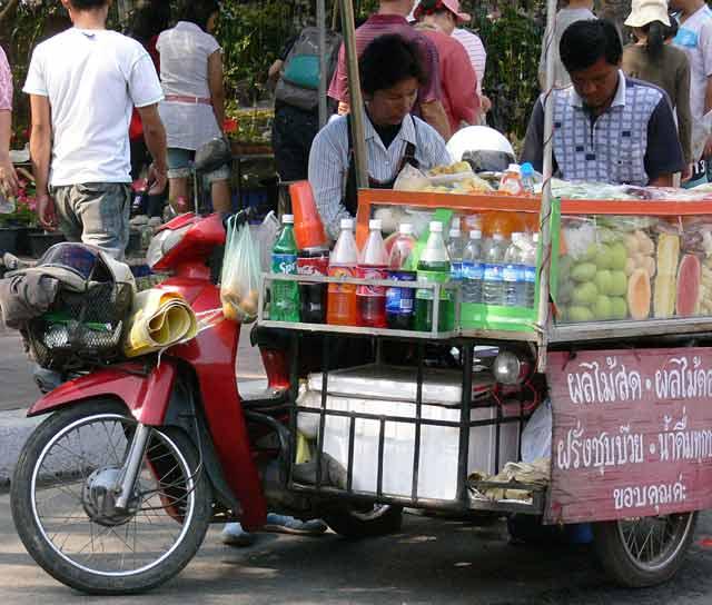 飲み物と果物の屋台
