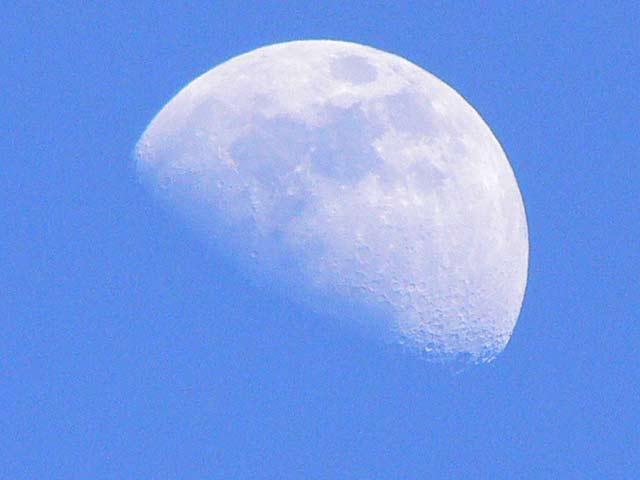 昼間のチェンマイの月