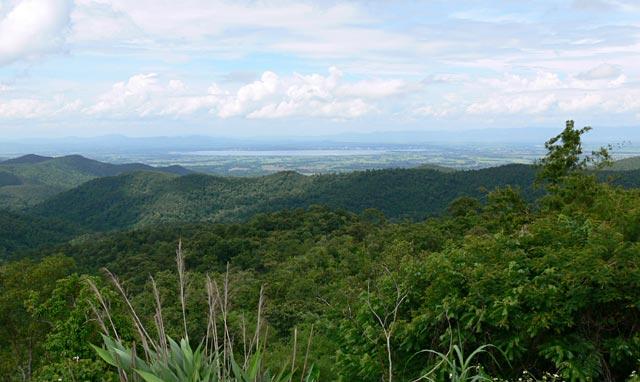 標高890mの峠からパヤオの町を眺める