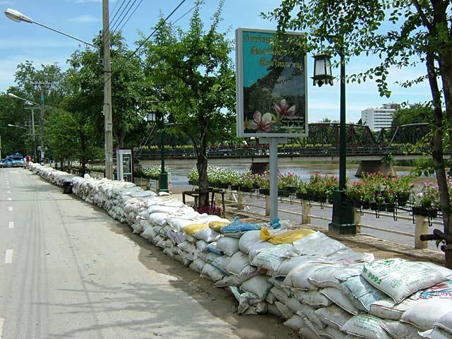 洪水に備えた川岸の土嚢(1)