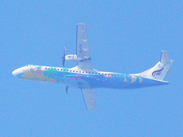 カラフルな機体の飛行機