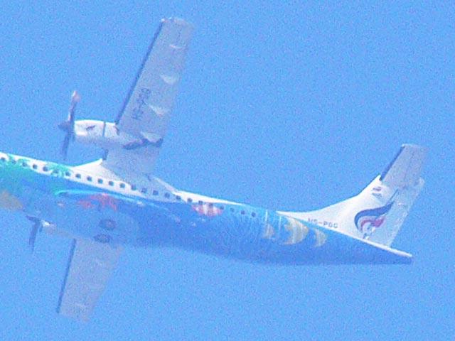 カラフルな機体の飛行機(2)