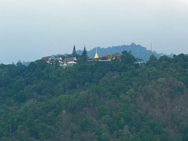 ステープ通りからドイステープ寺を見る(2)