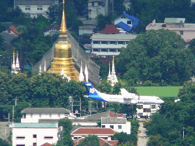 ラオス航空機とスアンドーク寺