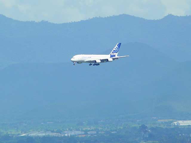チェンマイ空港に向かって着陸態勢をとるA380型機