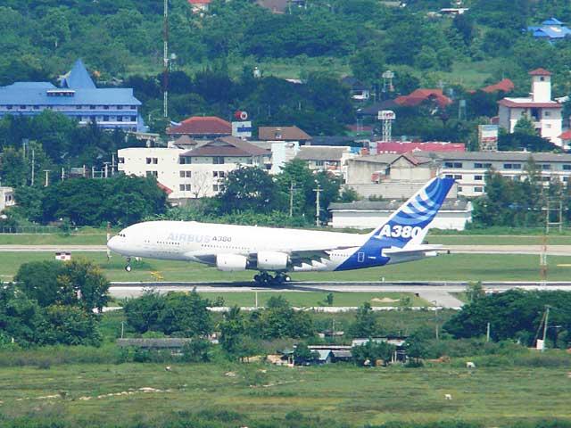 A380型機の着陸・・・後輪が接地したところ