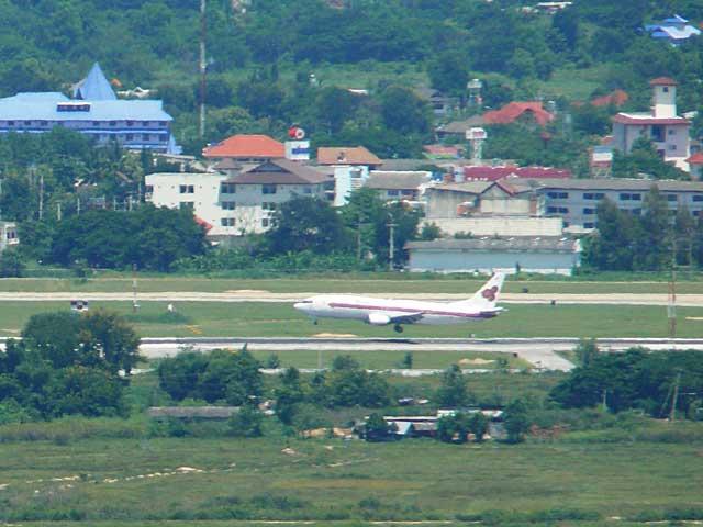 チェンマイ空港に着陸するタイ航空機