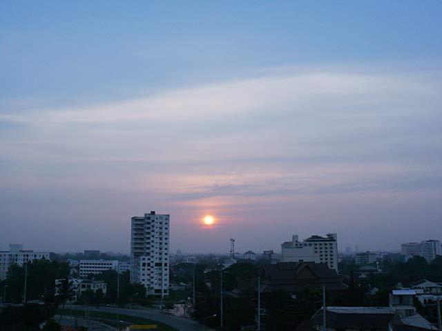 秋の彼岸頃のチェンマイの日の出