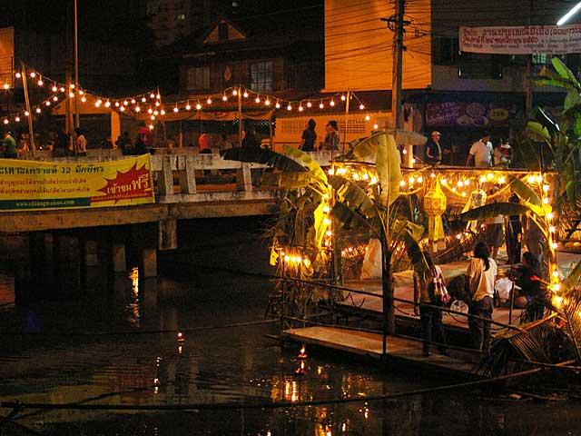 運河の橋の下に設けられたロイカトーン放流桟橋