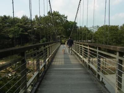 吊り橋を渡って行きます