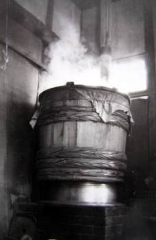 当時使用していた甑(こしき)-米や大豆をを蒸した道具