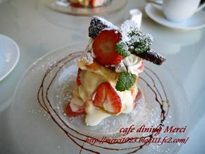 苺とバニラアイスのミルフィーユ