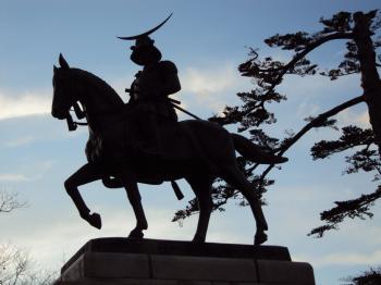 仙台城から城下を見下ろす伊達正宗像