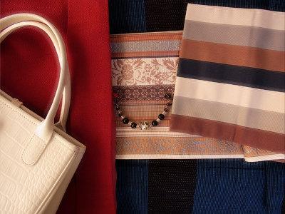 この帯と同じものを横綱・朝青龍が締めておられました。バッグはロンシャン、羽織紐は手作り。